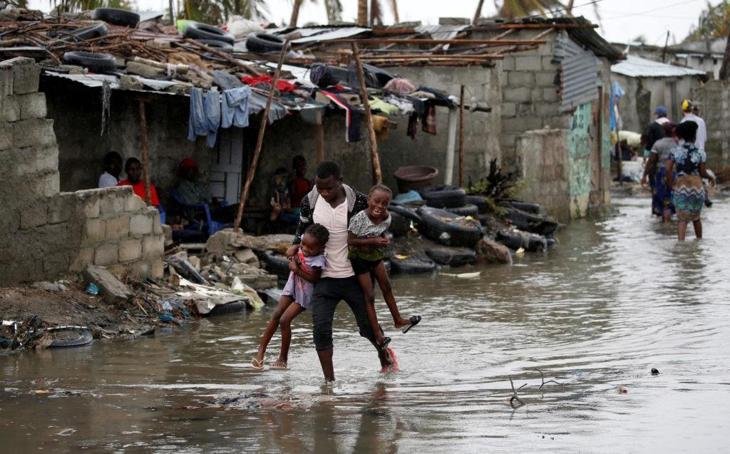 Dia das Mentiras, Moçambique e Air Asia