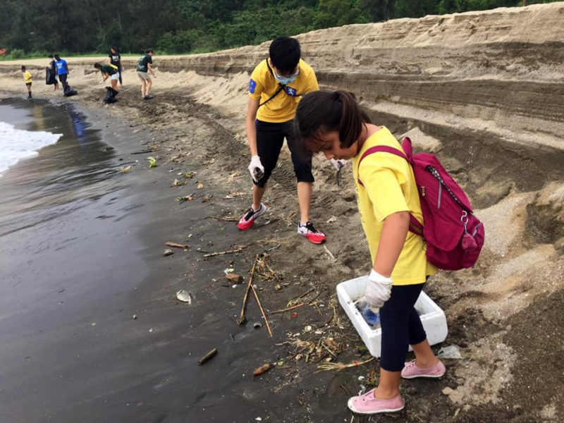 Escuteiros lusófonos limparam praia de Hác Sá