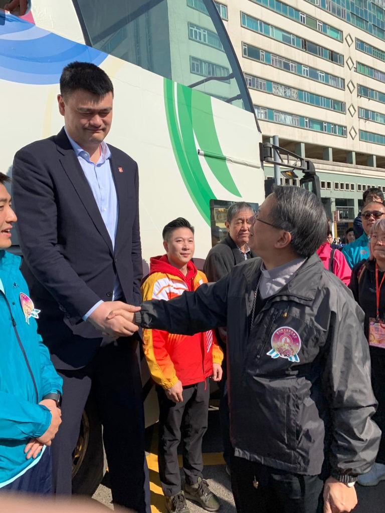 D. Stephen Lee, bispo de Macau, cumprimenta a antiga estrela da NBA