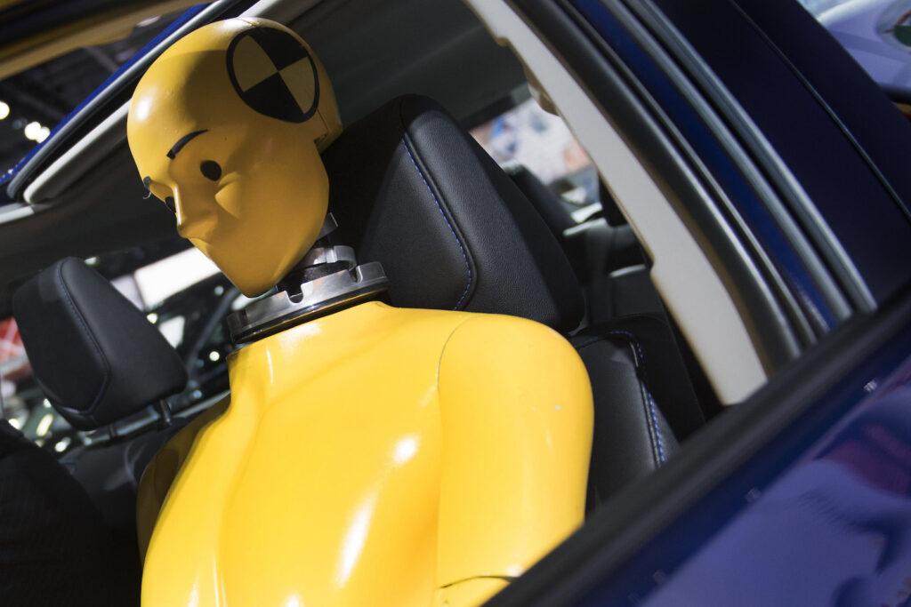 Restrições de idade para sentar no banco da frente dos automóveis