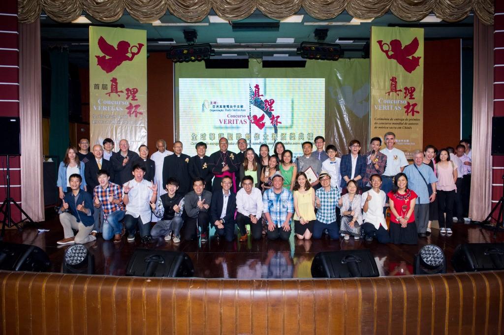 得獎者與嘉賓們於典禮結束前合照 (圖:澳門教區社會傳播中心)