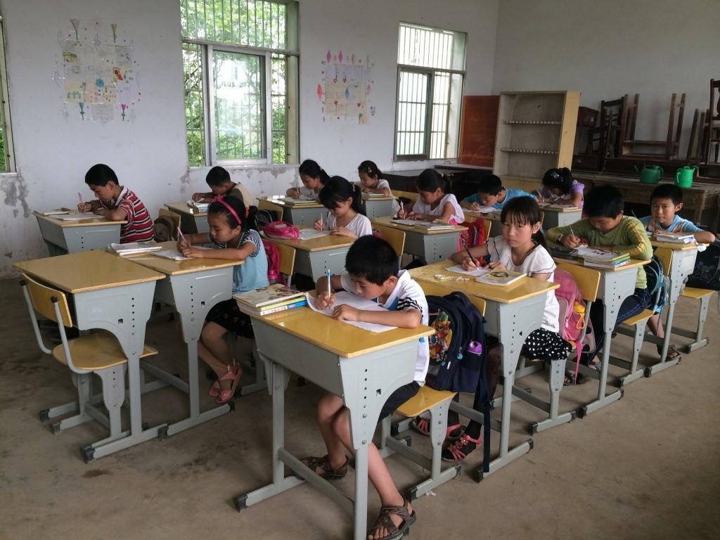 聖家學校2013年為安徽山區鞠隱小學更換新的課室桌椅